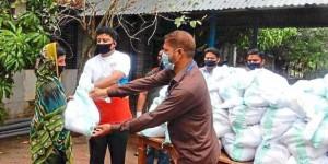 """Bei der Verteilung der Lebensmittelpakete: Dank der Soforthilfe des Pfarrkirchner Vereins """"Bondhu Bangladesh konnten über 1500 Familien mit dem Nötigsten versorgt werden. −Fotos: ASSB"""
